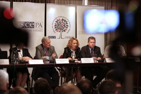 Radmila Šekerinska (c), the head of the OSCE/ODIHR Election Observation Mission for the 6 May parliamentary elections in Armenia, speaking during a press conference in Yerevan, 7 May 2012. (OSCE/Thomas Rymer)