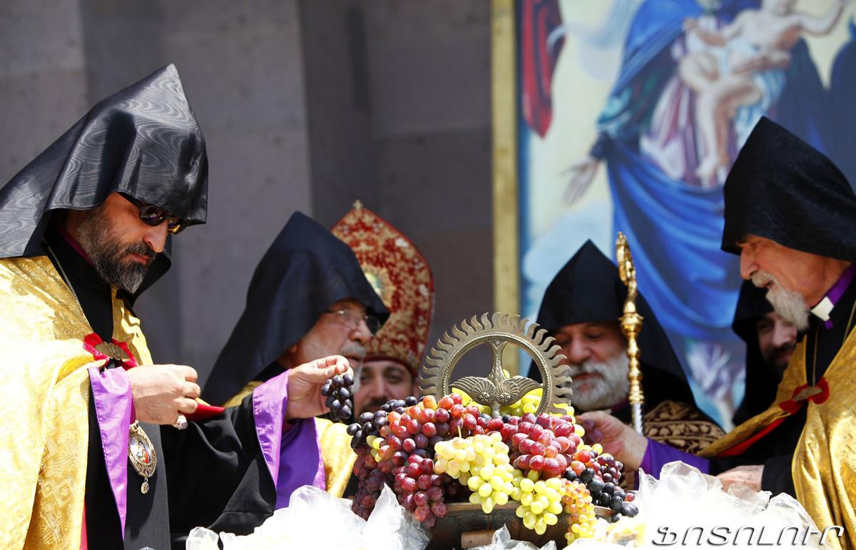 Armenia -- Grape blessing (խաղողօրհնեք) ceremony at the Echmiadzin Cathedral, 12Aug2012